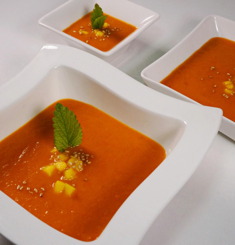 Tomaten-Mango-Suppe mit Parmesan