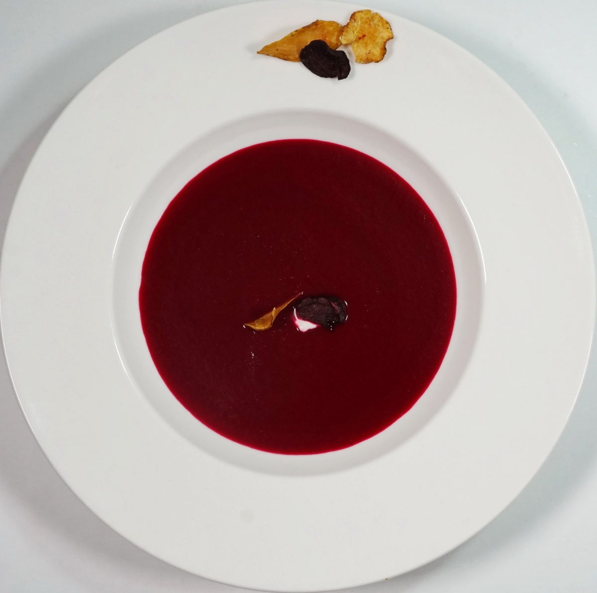 Rote Bete Suppe mit Apfel & on top Gemüsechips