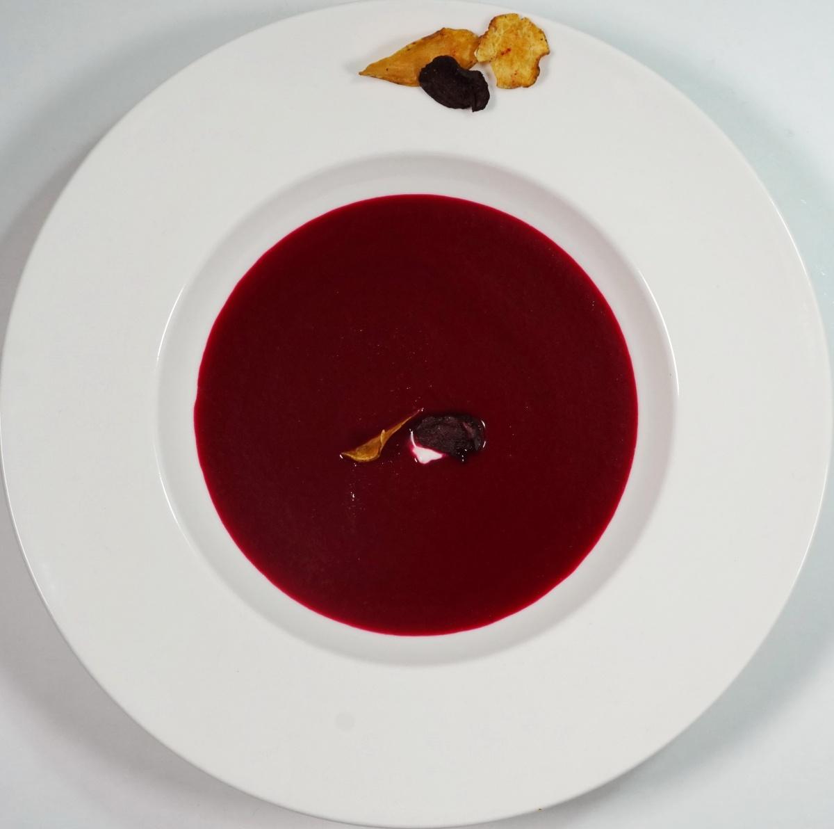 Rote Bete Suppe mit Apfel & on topGemüsechips