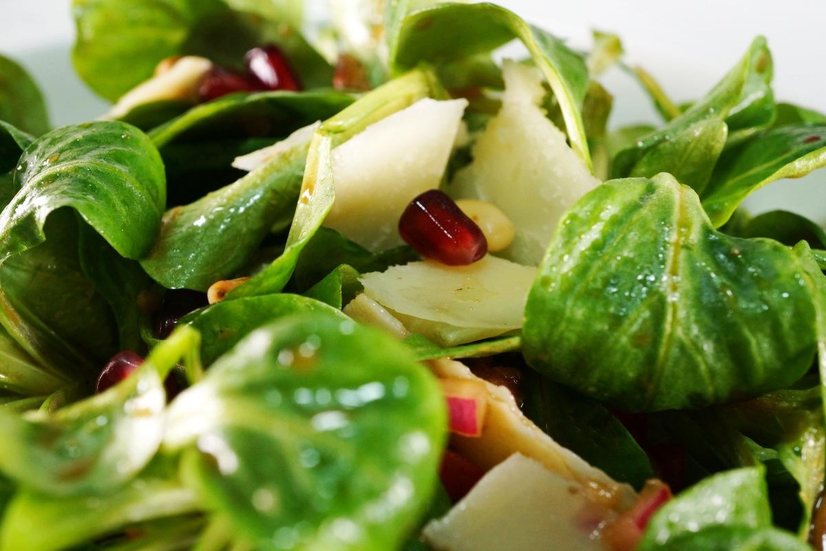 Feldsalat mit Granatapfelkernen, Parmesan und Himbeeressig-Dressing