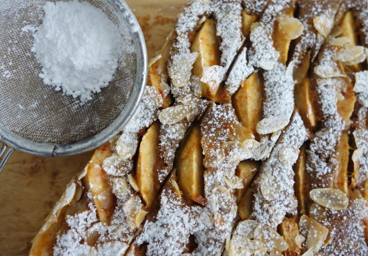 Apfelkuchen vom Blech mit Buchweizenmehl undMandelblättchen