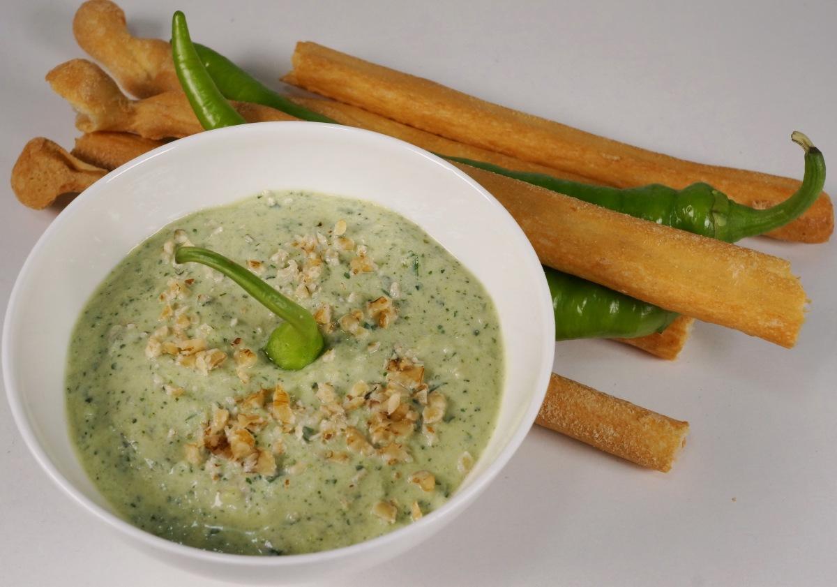 Zucchini-Joghurt-Dip mit Walnüssen