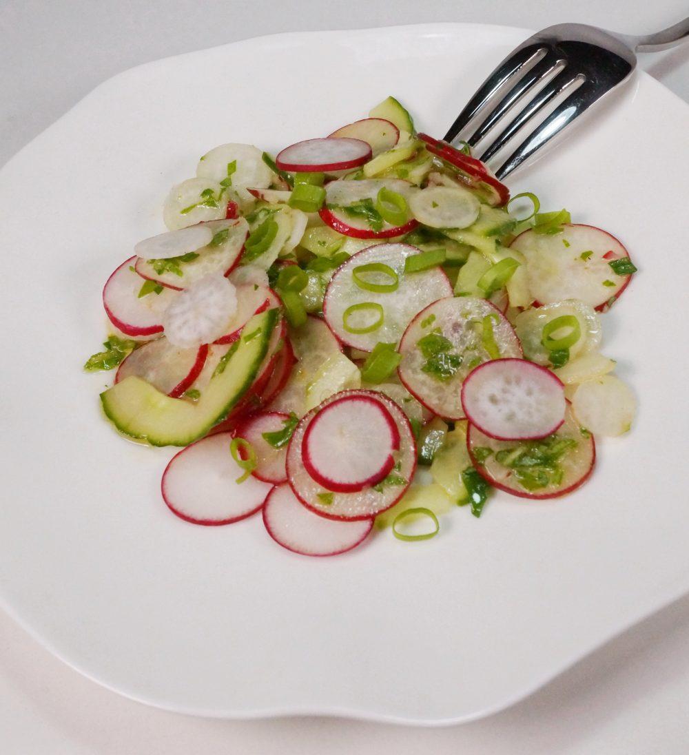 Radieschen-Gurken Salat mit Orangen-Dressing