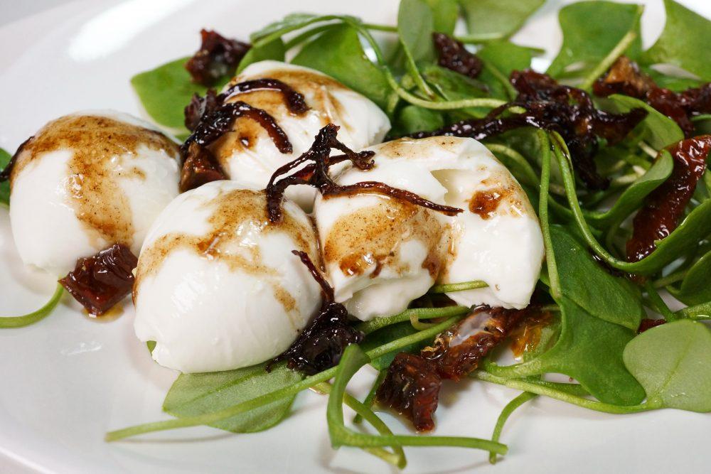 Wintersalat: Postelein-Salat mit Burrata & karamellisierten Zwiebeln