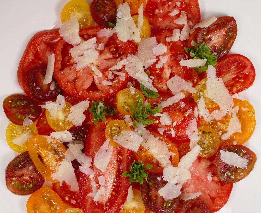 Tomaten Carpaccio mit bunten Tomaten und gehobeltemParmesan