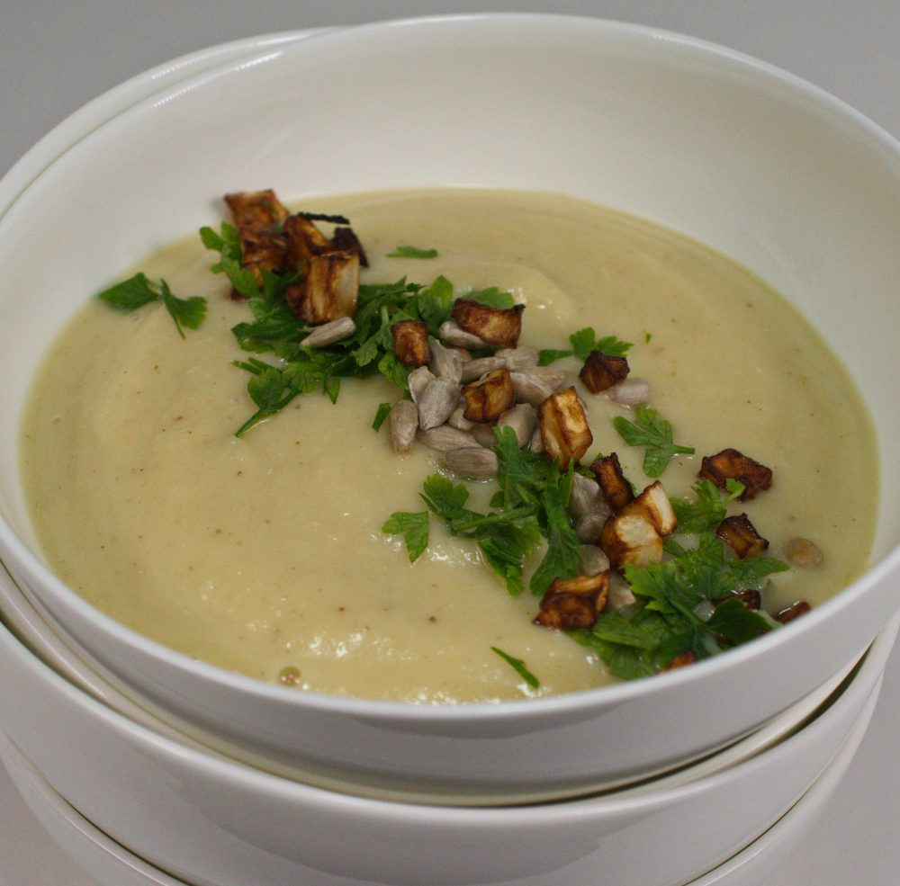 Cremige Selleriesuppe mit Sellerie-Croutons & gerösteten Sonnenblumenkernen – vegane Selleriecremesuppe