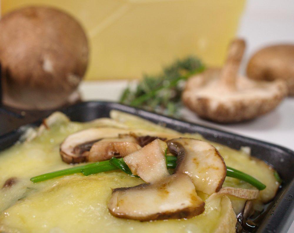 2 x Raclette: Kraeuter-Pilz-Pfaennchen mit Zwiebeln & Speck * Lauch- Chorizo mit Kartoffel & Walnusssplittern