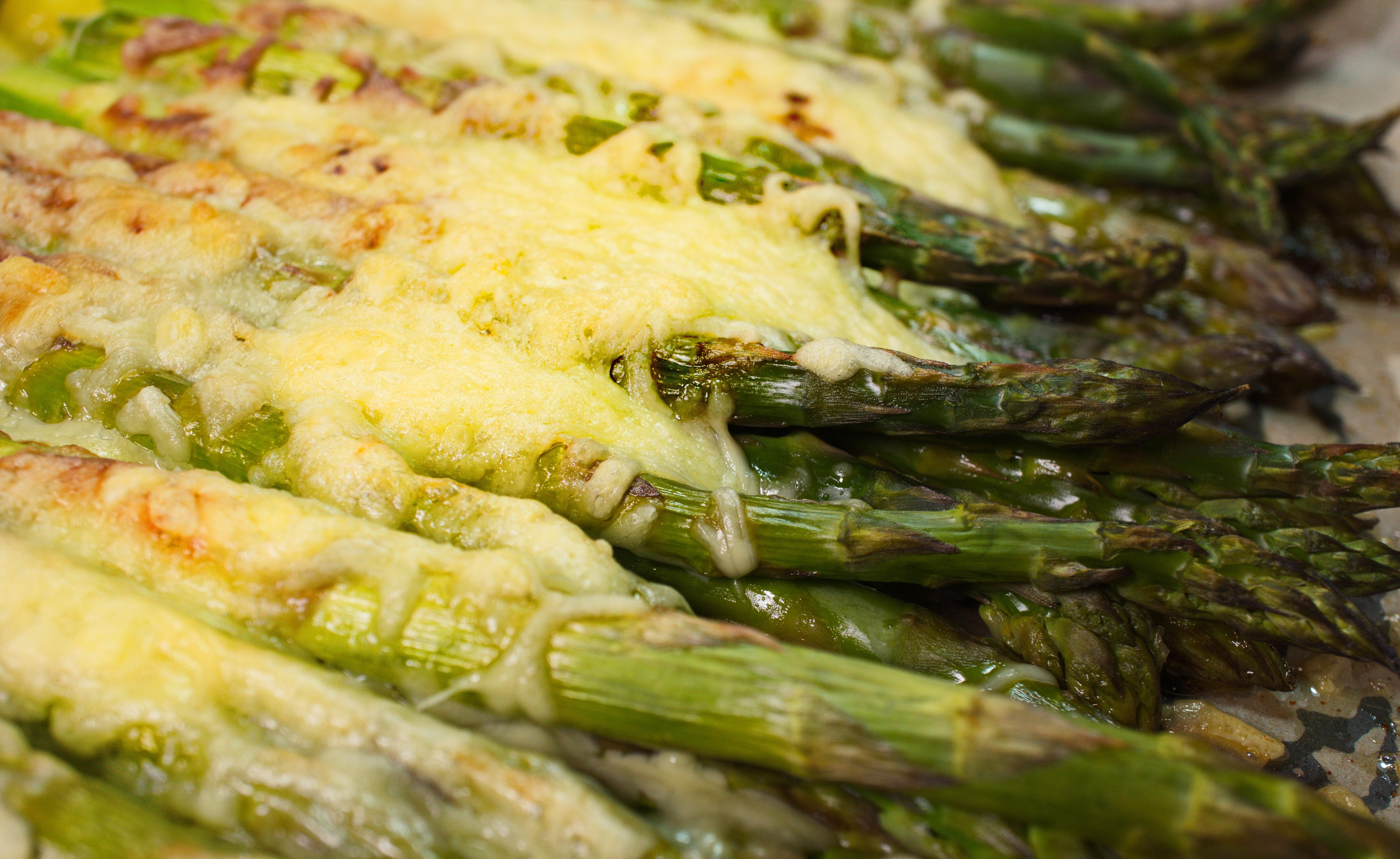 Grüner Spargel mit Käsekruste und Rosmarin-Kartoffeln